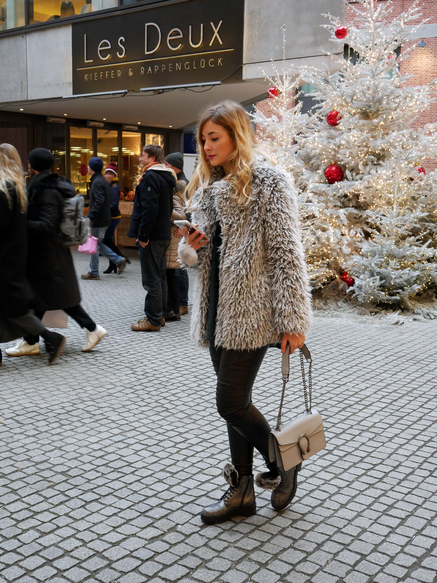 all-over-faux-fur-look-hm-teddyjacke-mantel-silver-pom-pom-blogger-fell-plüsch-grey-look-leather-leggings-munich-fleurrly-tanja.jpg